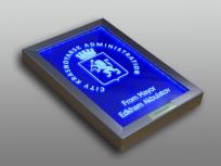 <p><em><strong>Материалы:</strong>&nbsp;оптическое стекло, металлизированный пластик, металл</em></p> <p><em><strong>Технологии:</strong>&nbsp; &nbsp;лазерная гравировка внутри стекла, лазерная гравировка на металлическом шильде</em></p> <p><em><strong>Функциональность:</strong>&nbsp;светодиодная подсветка</em></p> <p><strong><em>Размер,мм:&nbsp;</em></strong><em>320х220х40</em></p> <p><em><strong>Примерная стоимость, руб.:&nbsp;</strong>4 950</em></p> <p><em><em>изделия изготавливаются по Вашим индивидуальным требованиям,&nbsp;</em><em>стоимость зависит от сложности изготовления, материалов и тиража</em></em></p>