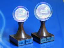 <p><em><strong>Материалы:</strong>&nbsp;оптическое стекло, дерево бук</em></p> <p><em><strong>Технологии:</strong>&nbsp; &nbsp;лазерная гравировка внутри стекла, лазерная гравировка на металлическом шильде</em></p> <p><strong><em>Функциональность:&nbsp;</em></strong><em>светодиодная подсветка&nbsp;</em></p> <p><strong><em>Размер,мм:&nbsp;</em></strong><em>180х80х80</em></p> <p><strong><em>Примерная стоимость, руб.: </em></strong><em>7 700</em></p> <p><em><em>изделия изготавливаются по Вашим индивидуальным требованиям,&nbsp;</em><em>стоимость зависит от сложности изготовления, материалов и тиража</em></em></p>