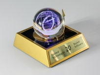 <p><em><strong>Материалы:</strong>оптическое стекло, дерево бук</em></p> <p><em><strong>Технологии:</strong> лазерная гравировка внутри стекла, лазерная гравировка на металлическом шильде, УФ склейка</em></p> <p><strong><em>Функциональность:</em></strong><em>светодиодная подсветка</em></p> <p><strong><em>Размер,мм:</em></strong><em>110х100х100</em></p> <p><em><em>изделия изготавливаются по Вашим индивидуальным требованиям,</em><em>стоимость зависит от сложности изготовления, материалов и тиража</em></em></p>
