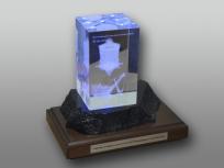 <p><em><strong>Материалы:</strong>&nbsp;оптическое стекло, дерево бук, металл, камень доломит&nbsp;</em></p> <p><em><strong>Технологии:</strong>&nbsp; &nbsp;лазерная гравировка внутри стекла, УФ склейка, гравировка на металле&nbsp;</em></p> <p><em><strong>Функциональность:</strong>&nbsp;светодиодная подсветка</em></p> <p><strong><em>Размер,мм: </em></strong><em>300х200х200</em><em><br /></em></p> <p><em><strong>Примерная стоимость, руб.:&nbsp;</strong>24 800</em></p> <p><em><em>изделия изготавливаются по Вашим индивидуальным требованиям,&nbsp;</em><em>стоимость зависит от сложности изготовления, материалов и тиража</em></em></p>