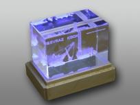 <p><em><strong>Материалы:</strong>&nbsp;оптическое стекло, дерево бук</em></p> <p><em><strong>Технологии:</strong>&nbsp; &nbsp;лазерная гравировка внутри стекла, УФ склейка</em></p> <p><em><strong>Функциональность:</strong>&nbsp;светодиодная подсветка</em></p> <p><strong><em>Размер,мм:&nbsp;</em></strong><em>110х110х70</em></p> <p><em><strong>Примерная стоимость, руб.: </strong>2 700</em></p> <p><em><em>изделия изготавливаются по Вашим индивидуальным требованиям,&nbsp;</em><em>стоимость зависит от сложности изготовления, материалов и тиража</em></em></p>