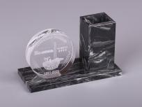 <p><em><strong>Материалы:</strong>&nbsp;оптическое стекло, камень доломит&nbsp;</em></p> <p><em><strong>Технологии:</strong>&nbsp; &nbsp;лазерная гравировка внутри стекла, УФ склейка</em></p> <p><em><strong>Функциональность:</strong>&nbsp;подставка для ручек</em></p> <p><strong><em>Размер,мм:&nbsp;</em></strong><em>165х100х70</em></p> <p><em><strong>Примерная стоимость, руб.:</strong>&nbsp; 2 300</em></p> <p><em><em>изделия изготавливаются по Вашим индивидуальным требованиям,&nbsp;</em><em>стоимость зависит от сложности изготовления, материалов и тиража</em></em></p>