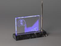 <p><em><strong>Материалы:</strong>оптическое стекло,каменьдоломит, металл</em></p> <p><em><strong>Технологии:</strong>лазерная гравировка внутри стекла, УФ склейка</em></p> <p><strong><em>Функциональность:</em></strong><em>подставка для ручки, светодиодная подсветка</em></p> <p><strong><em>Размер,мм:</em></strong><em>205х105х60</em></p> <p><em><span><strong>Примерная стоимость, руб.:</strong> 4 000</span></em></p>