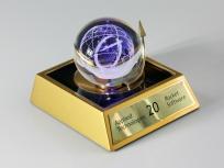 <p><em><strong>Материалы:</strong>&nbsp;оптическое стекло, дерево бук, металл&nbsp;</em></p> <p><em><strong>Технологии:</strong>&nbsp;лазерная гравировка внутри стекла, гравировка лазером на металлическом шильде</em></p> <p><strong><em>Функциональность:&nbsp;</em></strong><em>светодиодная подсветка</em><em><br /></em></p> <p><strong><em>Размер,мм:&nbsp;</em></strong><em>145х135х105</em></p> <p><em><strong>Примерная стоимость, руб.:</strong>&nbsp;6 500</em></p> <p><em><em><em><em><em>изделия изготавливаются по Вашим индивидуальным требованиям,&nbsp;</em><em>стоимость зависит от сложности изготовления, материалов и тиража</em></em></em></em></em></p>