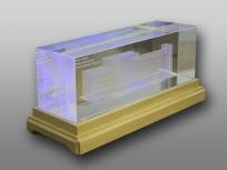 <p><em><strong>Материалы:</strong>&nbsp;оптическое стекло, дерево бук</em></p> <p><em><strong>Технологии:</strong>&nbsp;лазерная гравировка внутри стекла, &nbsp;УФ склейка</em></p> <p><strong><em>Функциональность:&nbsp;</em></strong><em>светодиодная подсветка</em></p> <p><strong><em>Размер,мм: </em></strong><em>310х110х110</em><em><br /></em></p> <p><em><em><em><em><em><em><em><em><em><em><em>изделия изготавливаются по Вашим индивидуальным требованиям,&nbsp;</em><em>стоимость зависит от сложности изготовления, материалов и тиража</em></em></em></em></em></em></em></em></em></em></em></p>