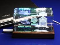 <p><em><strong>Материалы:</strong>оптическое стекло, дерево бук</em></p> <p><em><strong>Технологии:</strong>лазерная гравировка внутри стекла, УФ склейка</em></p> <p><strong><em>Функциональность:</em></strong><em>светодиодная подсветка с переливами</em></p> <p><strong><em>Размер,мм:</em></strong><em>180х90х90</em></p> <p><em><em><em><em><em><em><em><em><em><em><em>изделия изготавливаются по Вашим индивидуальным требованиям,</em><em>стоимость зависит от сложности изготовления, материалов и тиража</em></em></em></em></em></em></em></em></em></em></em></p>