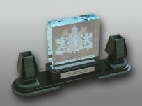 <p><em><strong>Материалы:</strong>оптическое стекло, камень змеевик, металл </em></p> <p><em><strong>Технологии:</strong>лазерная гравировка вунтри стекла, гравировка лазером на металлическом шильде, УФ склейка</em></p> <p><strong><em>Функциональность:</em></strong><em>подставка под ручки</em><em><br /></em></p> <p><strong><em>Размер,мм:</em></strong><em>385х150х125</em></p> <p><em><strong><em><strong>Примерная стоимость, руб.:</strong></em></strong><em>15 000</em></em></p> <p><em><em><em><em><em>изделия изготавливаются по Вашим индивидуальным требованиям,</em><em>стоимость зависит от сложности изготовления, материалов и тиража</em></em></em></em></em></p>