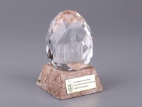 <p><em><strong>Материалы:&nbsp;</strong>оптическое стекло&nbsp;,камень яшма, металл</em></p> <p><em><strong>Технологии:&nbsp;</strong>лазерная гравировка внутри стекла, гравировка лазером на металлическом шильде, УФ склейка</em></p> <p><strong><em>Размер,мм:&nbsp;</em></strong><em>120х70х70</em></p> <p><em><strong><em><strong>Примерная стоимость, руб.:</strong>&nbsp;</em></strong><em>2 000</em></em></p> <p><em><em><em><em><em><em><em><em><em>изделия изготавливаются по Вашим индивидуальным требованиям,&nbsp;</em><em>стоимость зависит от сложности изготовления, материалов и тиража</em></em></em></em></em></em></em></em></em></p> <p>&nbsp;</p>