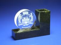 <p><em><strong>Материалы:&nbsp;</strong>оптическое стекло&nbsp;,камень змеевик</em></p> <p><em><strong>Технологии:&nbsp;</strong>лазерная гравировка внутри стекла, УФ склейка</em></p> <p><em><strong>Функциональность:</strong>&nbsp;подставка под ручки, светодиодная подсветка</em></p> <p><strong><em>Размер,мм:&nbsp;</em></strong><em>145х110х45</em></p> <p><em><strong><em><strong>Примерная стоимость, руб.:</strong>&nbsp;</em></strong><em>2 100</em></em></p>