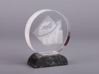 <p><strong>Материал:</strong>&nbsp;оптическое стекло, камень доломит</p> <p><strong>Технологии:</strong>&nbsp;Гравировка лазером внутри стекла, резка и полировка, УФ склейка</p> <p><em>изделия изготавливаются по Вашим индивидуальным требованиям,&nbsp;</em><em>стоимость зависит от сложности изготовления, материалов и тиража</em></p>